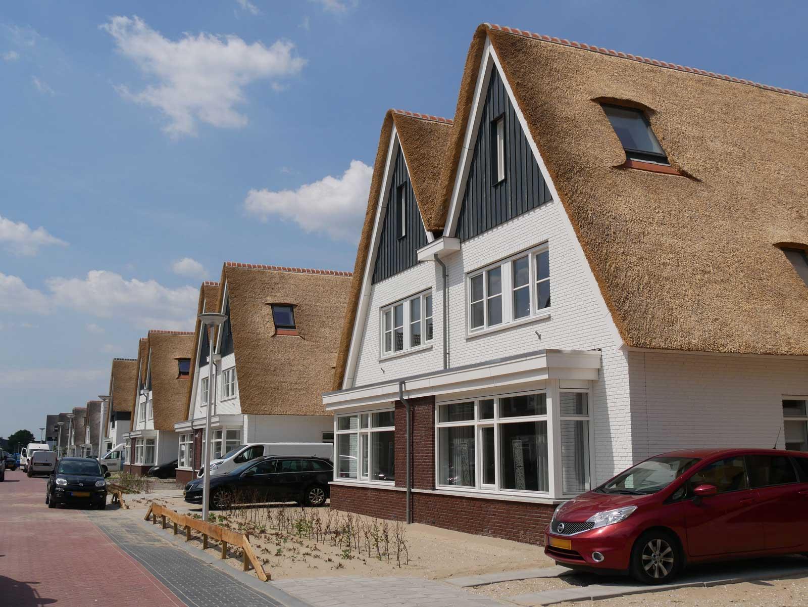 vooraanzicht twee onder één kappers - rietgedekte woningen Moerkapelle