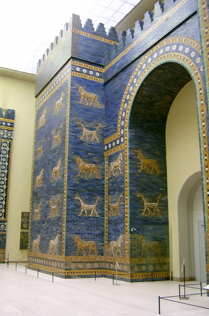 Het voorste deel van de Isjtarpoort in het Pergamonmuseum, Berlijn - foto: Bontenbal